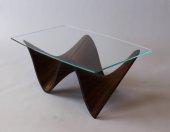 stolik z drewnianymi elementami rtv