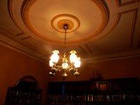 wisząca lampa w salonie